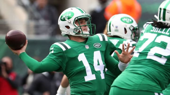 EAST RUTHERFORD, NJ - OCTOBER 21: Sam Darnold #14 of the New York Jets passes against the Minnesota Vikings during their game at MetLife Stadium on October 21, 2018 in East Rutherford, New Jersey. (Photo by Al Bello/Getty Images)