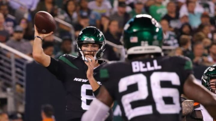 EAST RUTHERFORD, NEW JERSEY – SEPTEMBER 16: Luke Falk #8 of the New York Jets looks to pass to Le'Veon Bell #26 in the second half against the Cleveland Browns at MetLife Stadium on September 16, 2019 in East Rutherford, New Jersey. New York Jets (Photo by Mike Lawrie/Getty Images)