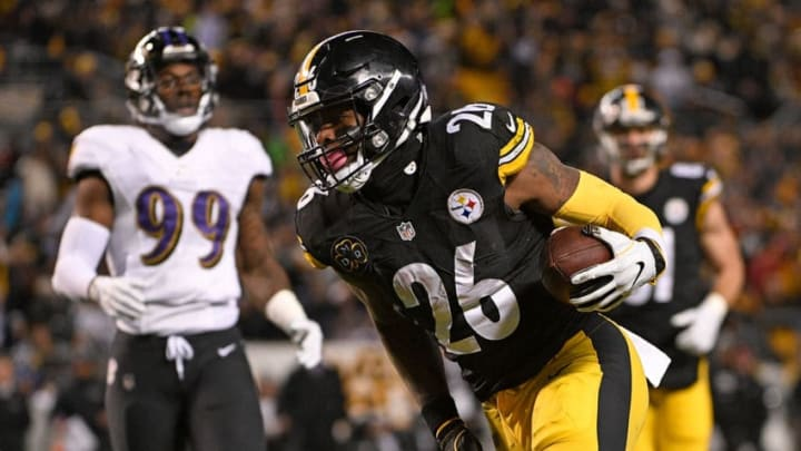 PITTSBURGH, PA - DECEMBER 10: Le'Veon Bell #26 of the Pittsburgh Steelers runs into the end zone for a 20 yard touchdown reception in the first quarter during the game against the Baltimore Ravens at Heinz Field on December 10, 2017 in Pittsburgh, Pennsylvania. (Photo by Justin Berl/Getty Images)