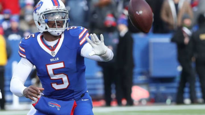 ORCHARD PARK, NY – DECEMBER 18: Tyrod Taylor #5 of the Buffalo Bills pitches the ball to LeSean McCoy #25 of the Buffalo Bills against the Cleveland Browns during the first half at New Era Field on December 18, 2016 in Orchard Park, New York. (Photo by Tom Szczerbowski/Getty Images)