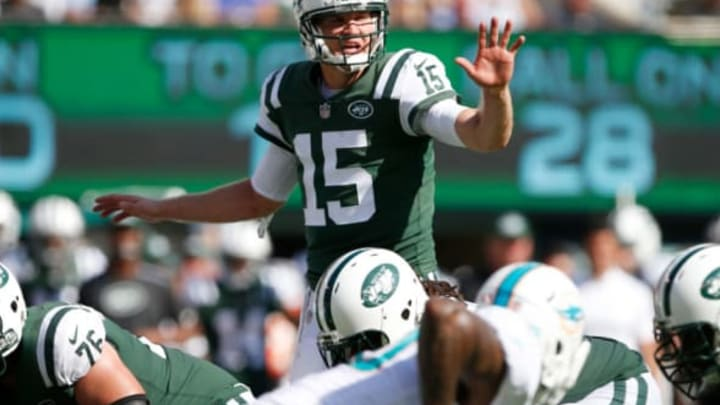 EAST RUTHERFORD, NJ – SEPTEMBER 24: Josh McCown #15 of the New York Jets sets the play against the Miami Dolphins during the second half of an NFL game at MetLife Stadium on September 24, 2017 in East Rutherford, New Jersey. The New York Jets defeated the Miami Dolphins 20-6. (Photo by Rich Schultz/Getty Images)