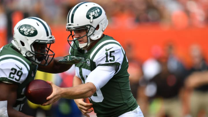 CLEVELAND, OH - OCTOBER 08: Josh McCown #15 of the New York Jets hands off the ball to Bilal Powell #29 of the New York Jets in the first quarter against the Cleveland Browns at FirstEnergy Stadium on October 8, 2017 in Cleveland, Ohio. (Photo by Jason Miller/Getty Images)