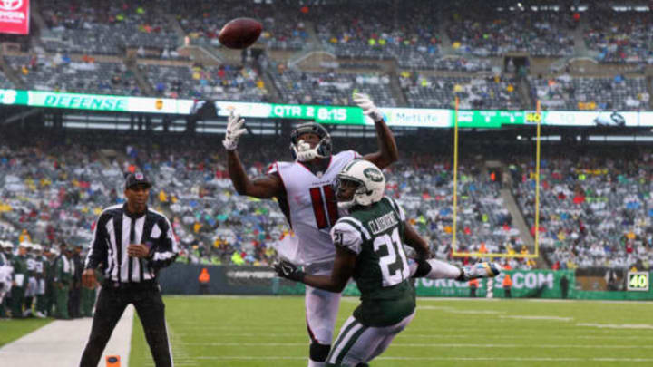 EAST RUTHERFORD, NJ – OCTOBER 29: wide receiver Julio Jones #11 of the Atlanta Falcons misses a catch against cornerback Morris Claiborne #21 of the New York Jets during the first half of the game at MetLife Stadium on October 29, 2017 in East Rutherford, New Jersey. (Photo by Al Bello/Getty Images)