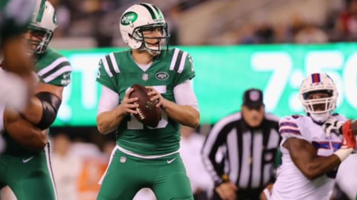 EAST RUTHERFORD, NJ – NOVEMBER 02: Quarterback Josh McCown #15 of the New York Jets looks to pass before running the ball in for a touchdown against the Buffalo Bills during the first quarter of the game at MetLife Stadium on November 2, 2017 in East Rutherford, New Jersey. (Photo by Elsa/Getty Images)