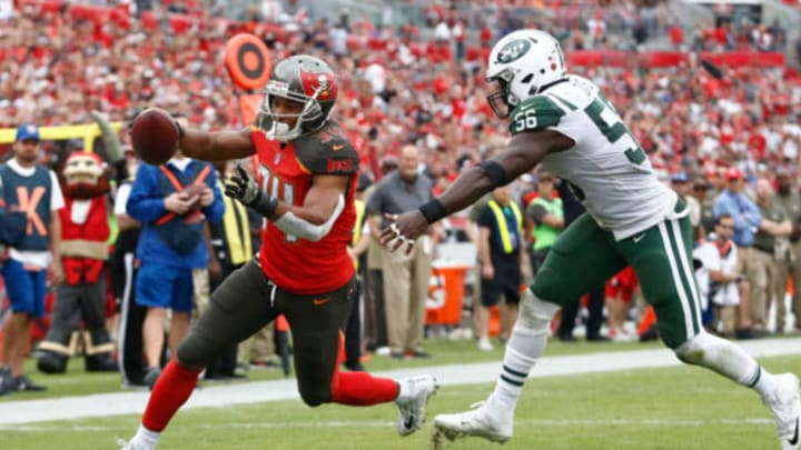 TAMPA, FL – NOVEMBER 12: Running back Charles Sims #34 of the Tampa Bay Buccaneers evades inside linebacker Demario Davis #56 of the New York Jets as he runs into the end zone for a touchdown during the fourth quarter of an NFL football game on November 12, 2017 at Raymond James Stadium in Tampa, Florida. (Photo by Brian Blanco/Getty Images)