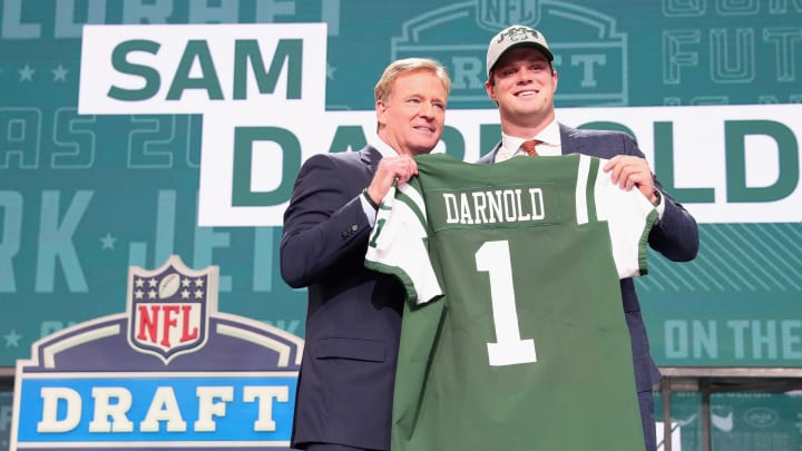 ARLINGTON, TX – APRIL 26: Sam Darnold of USC poses with NFL Commissioner Roger Goodell after being picked #3 overall by the New York Jets during the first round of the 2018 NFL Draft at AT&T Stadium on April 26, 2018 in Arlington, Texas. (Photo by Tom Pennington/Getty Images)