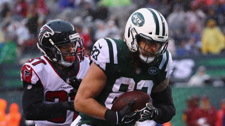 EAST RUTHERFORD, NJ – OCTOBER 29: Tight end Eric Tomlinson #83 of the New York Jets scores a touchdown against free safety Ricardo Allen #37 of the Atlanta Falcons in the first quarter of the game at MetLife Stadium on October 29, 2017 in East Rutherford, New Jersey. (Photo by Al Bello/Getty Images)