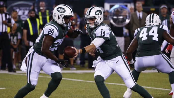 EAST RUTHERFORD, NJ - AUGUST 24: Sam Darnold #14 of the New York Jets hands off to Bilal Powell #29 of the New York Jets during their preseason game against the New York Giants at MetLife Stadium on August 24, 2018 in East Rutherford, New Jersey. (Photo by Jeff Zelevansky/Getty Images)