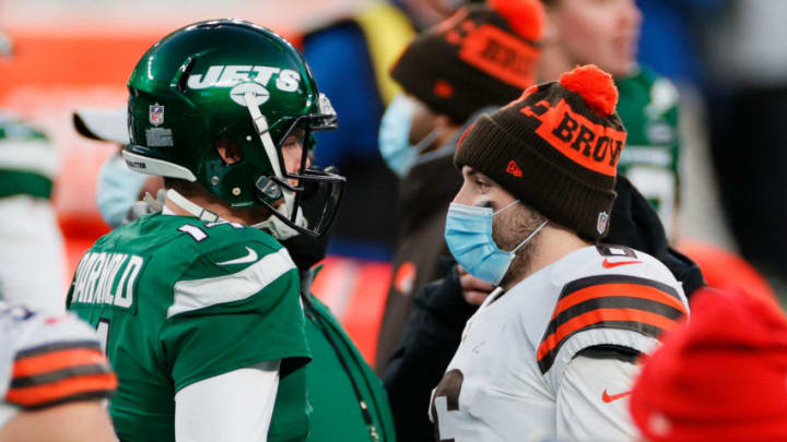 EAST RUTHERFORD, NEW JERSEY - DECEMBER 27: Baker Mayfield #6 of the Cleveland Browns congratulates Sam Darnold #14 of the New York Jets after the Jets defeated the Browns 23 to 16 at MetLife Stadium on December 27, 2020 in East Rutherford, New Jersey. (Photo by Sarah Stier/Getty Images)