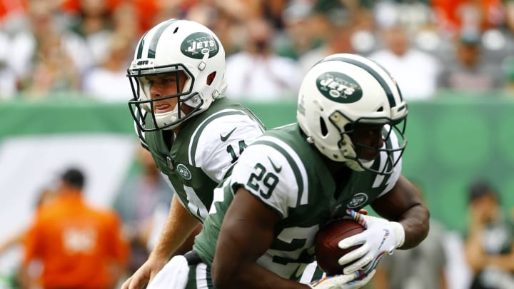 EAST RUTHERFORD, NEW JERSEY – OCTOBER 07: Sam Darnold #14 of the New York Jets hands the ball off to Bilal Powell #29 of the New York Jets against the Denver Broncos during the first half in the game at MetLife Stadium on October 07, 2018 in East Rutherford, New Jersey. (Photo by Mike Stobe/Getty Images)