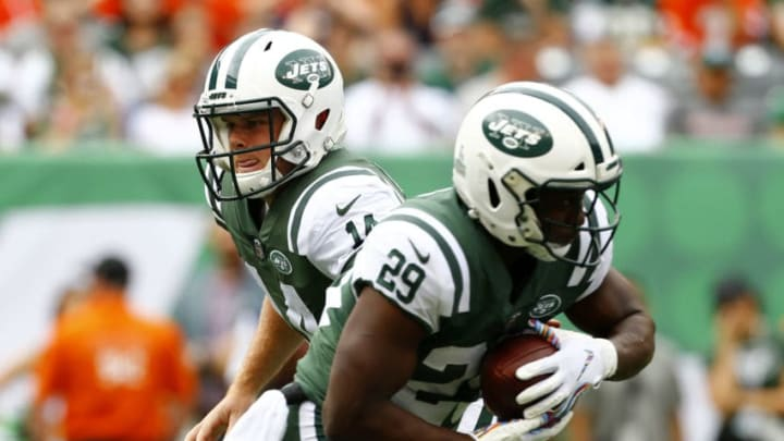 EAST RUTHERFORD, NEW JERSEY - OCTOBER 07: Sam Darnold #14 of the New York Jets hands the ball off to Bilal Powell #29 of the New York Jets against the Denver Broncos during the first half in the game at MetLife Stadium on October 07, 2018 in East Rutherford, New Jersey. (Photo by Mike Stobe/Getty Images)