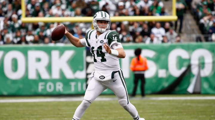 EAST RUTHERFORD, NJ – OCTOBER 14: Quarterback Sam Darnold #14 of the New York Jets throws a pass against the Indianapolis Colts during the third quarter at MetLife Stadium on October 14, 2018 in East Rutherford, New Jersey. (Photo by Jeff Zelevansky/Getty Images)