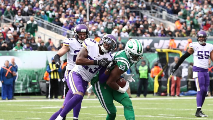 EAST RUTHERFORD, NJ – OCTOBER 21: Chris Herndon #89 of the New York Jets catches a touchdown pass in the second quarter against George Iloka #23 of the Minnesota Vikings during their game at MetLife Stadium on October 21, 2018 in East Rutherford, New Jersey. (Photo by Al Bello/Getty Images)