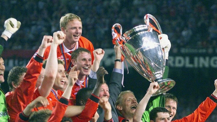 players of Manchester United jubilate with the tro