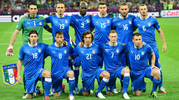 (second row, from L) Italian goalkeeper