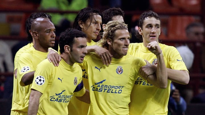 Villarreal foward Diego Forlan (2ndR) is