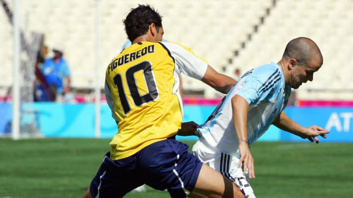 Paraguay's Diego Figueredo (L) fights fo