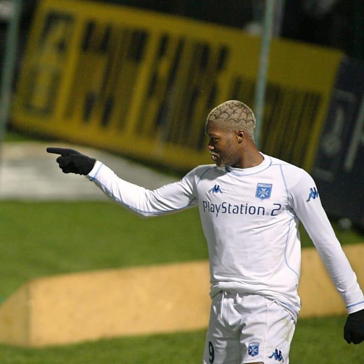 Auxerre's forward Djibril Cisse points a
