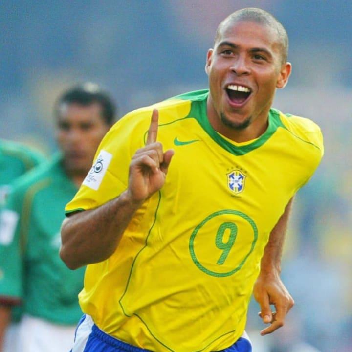 Pemain Brasil Ronaldo Nazario celebra