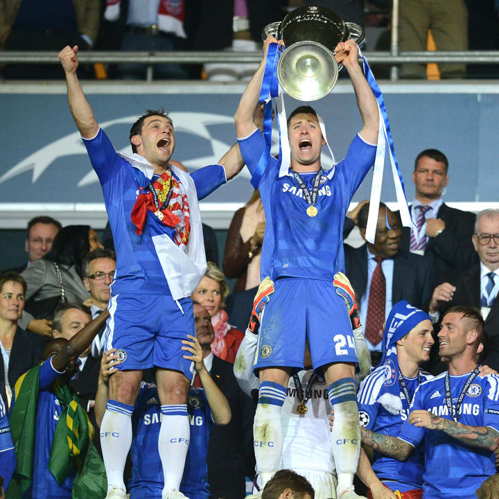 Gary Cahill holds the UCL trophy aloft
