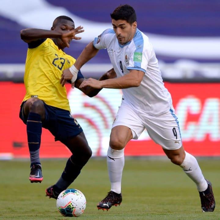 Moises Caicedo in action against Luis Suarez