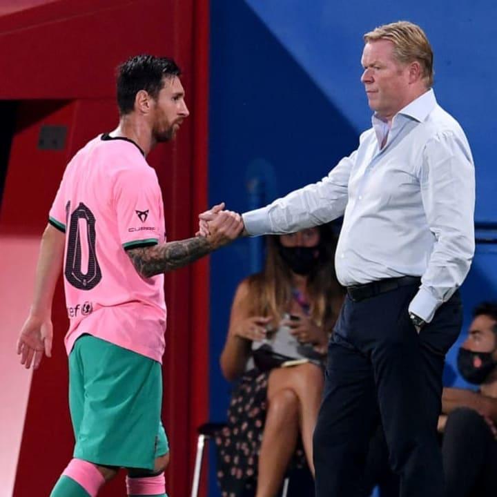 Lionel Messi estrechando la mano del nuevo entrenador, Ronald Koeman en un partido amistoso frente al Girona