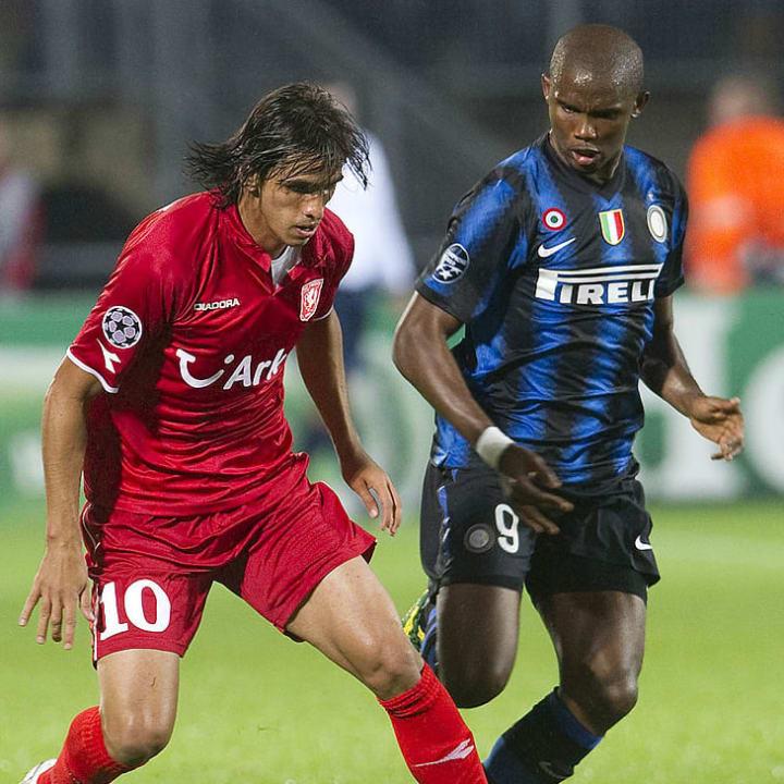 FC Twente player Bryan Ruiz (L) fights f