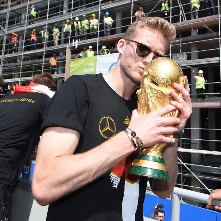 Schürrle mit dem WM-Pokal