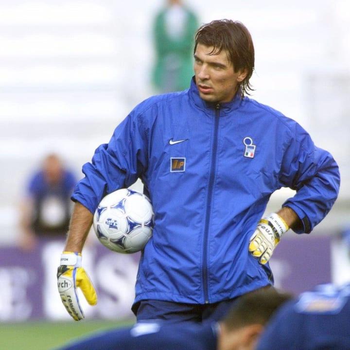 Gianluigi Buffon muda bersiap untuk turun ke lapangan bersama Italia