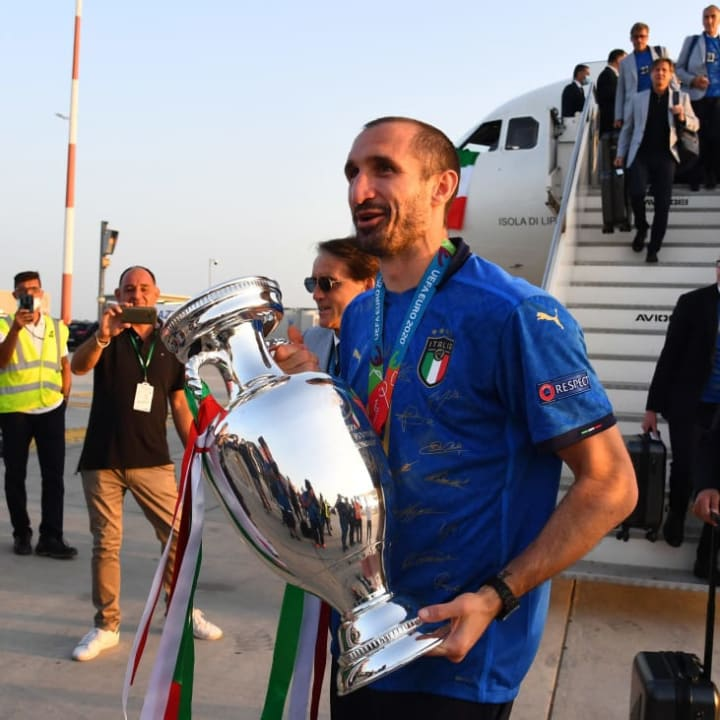 Giorgio Chiellini returns to Italy with the European trophy