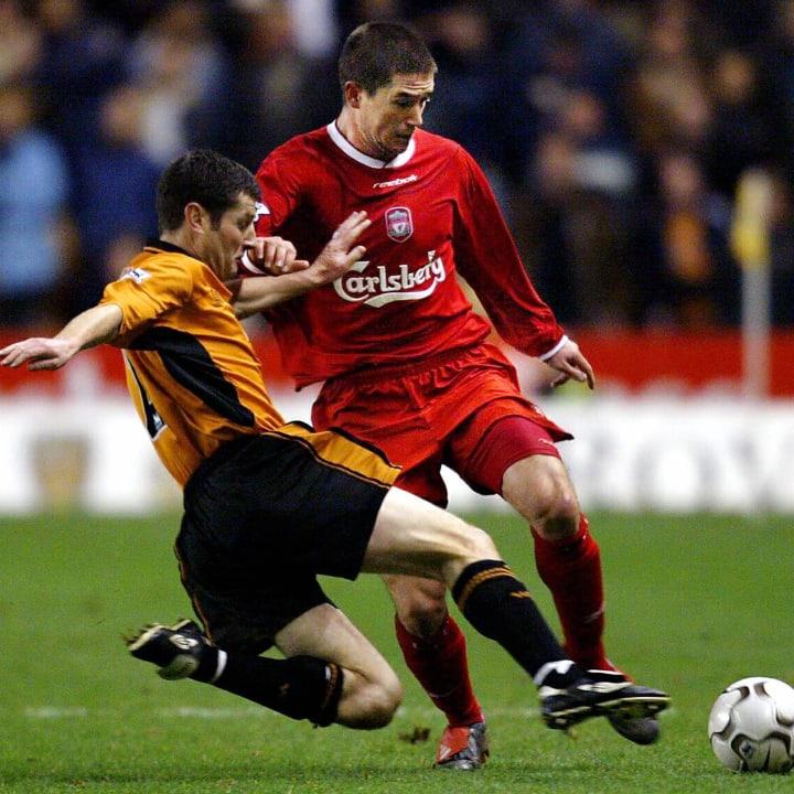 Harry Kewell (kanan) dari Liverpool berjuang untuk