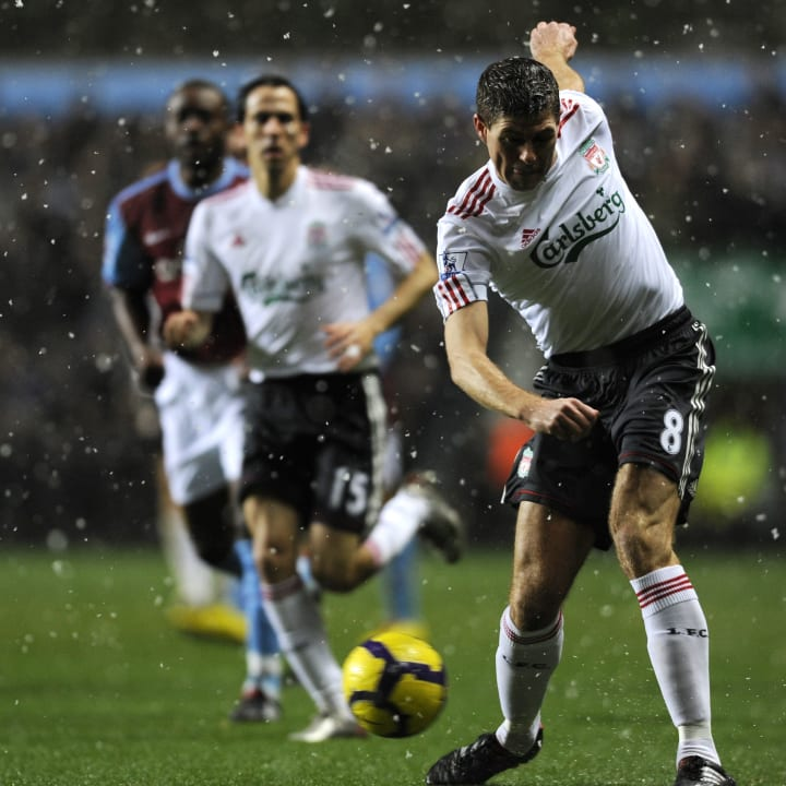 Liverpool's Steven Gerrard (R) crosses t