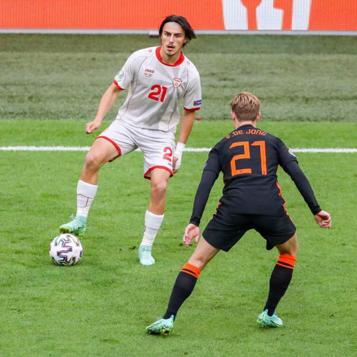 Eljif Elmas faces up to Frenkie De Jong