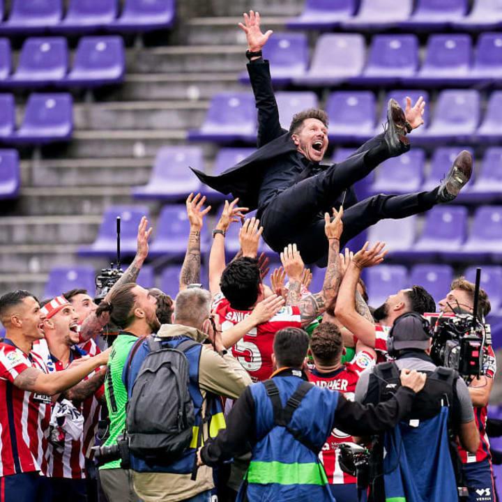 Diego Pablo Simeone siendo levantado en hombros por su equipo tras ganar LaLiga