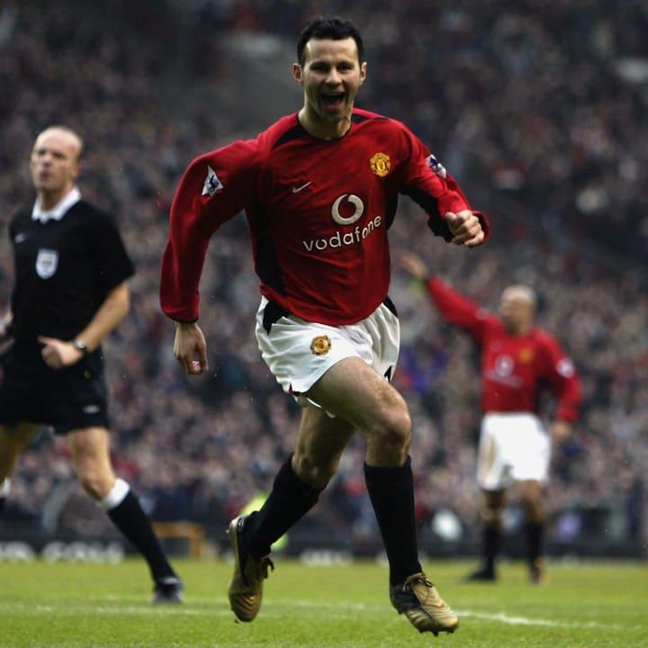 Ryan Giggs dari Manchester United merayakan mencetak gol pembuka pertandingan