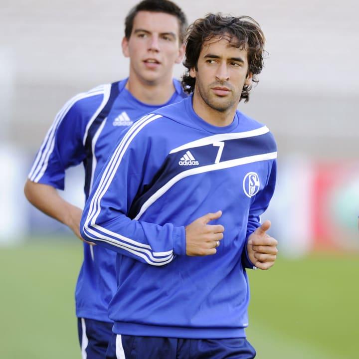 Schalke's Spanish forward Raul (C) and G
