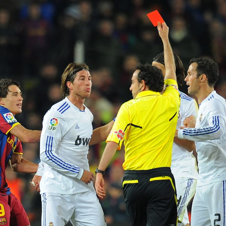 The referee shows a red card to Real Mad