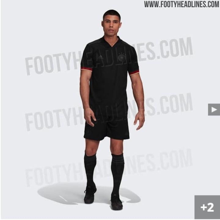 Auch Hosen und Stutzen sind komplett schwarz | Quelle: Footyheadlines