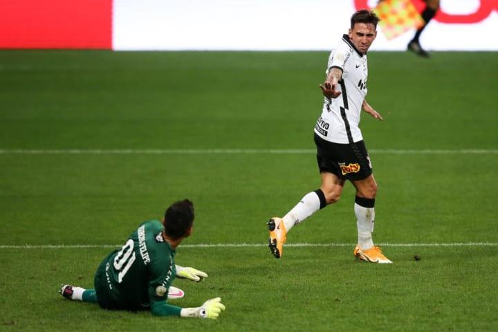 O Corinthians não tomou conhecimento do Fluminense e aplicou a maior goleada da história do confronto: 5 x 0.