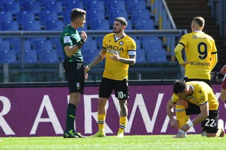 Arbitro Giacomelli e De Paul