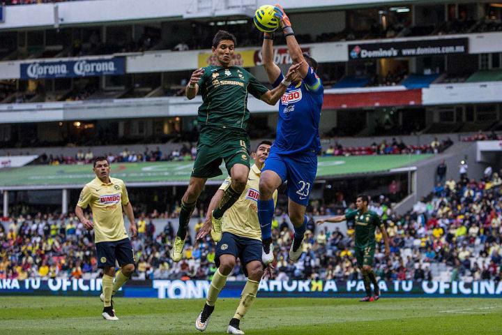 Jesús Molina entfrentando a su ex capitán Moisés Muñoz en 2015