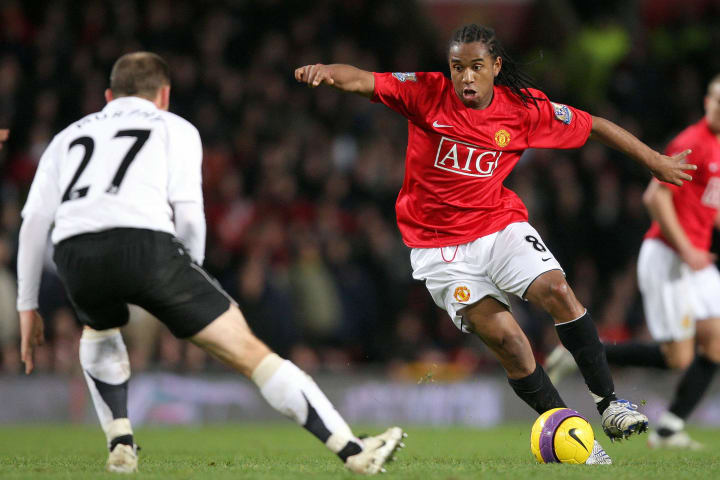 Anderson (R) of Manchester United vies w