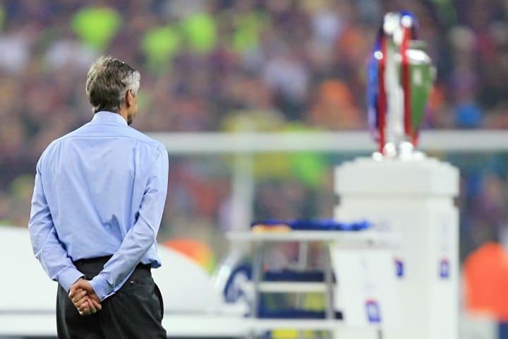 Arsenal's French coach Arsene Wenger loo
