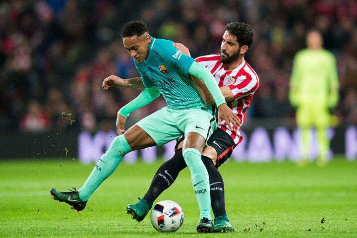 Neymar e Raúl García tiveram muitas confusões no futebol espanhol.