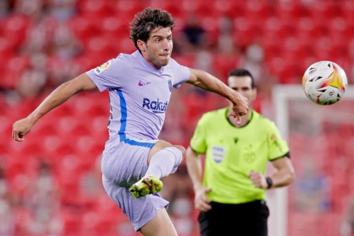 Sergi Roberto playing a pass