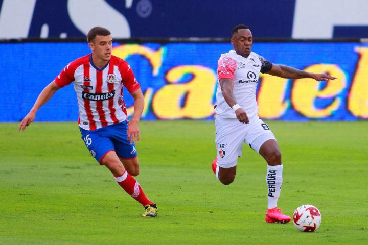 Renato Ibarra controla el balón ante la marca de un jugador de San Luis.