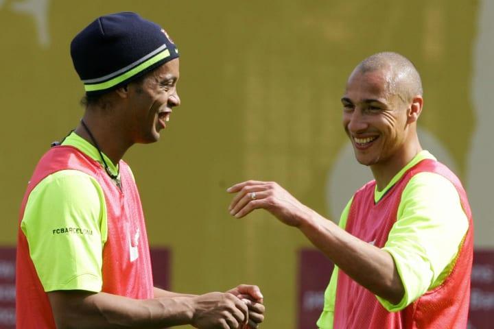 Barcelona's Brazilian Ronaldinho (L) sha