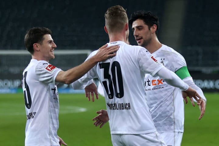 Elvedi (Mitte) fühlt sich bei der Borussia pudelwohl