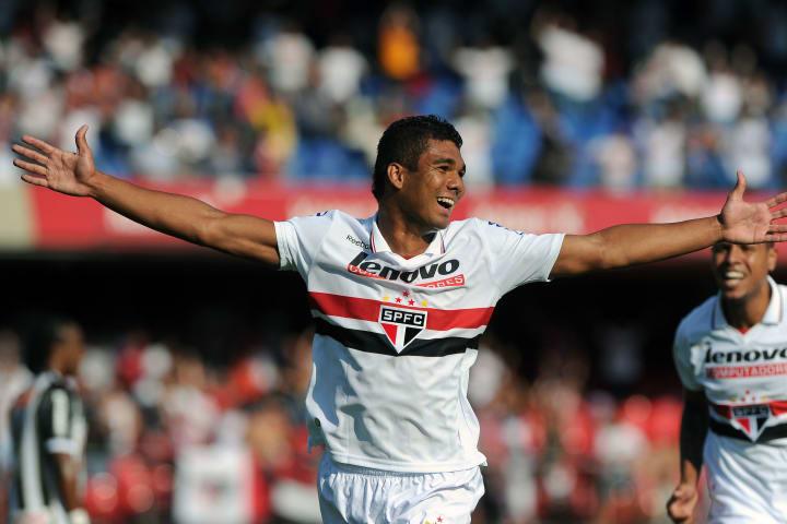 Casemiro (L), of Sao Paulo celebrates af