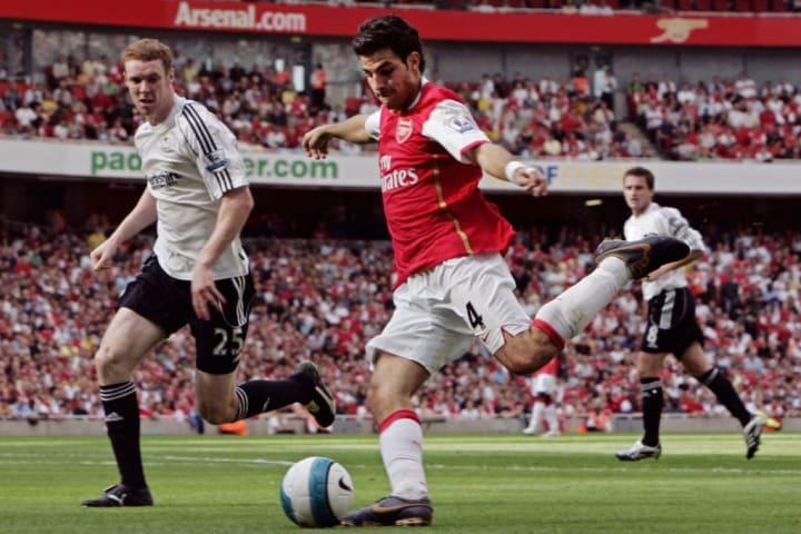 Cesc Fabregas (C) dari Arsenal menghindari Step